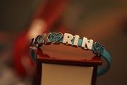браслет из резинового материала с надписью Karina, но буквы снимаются