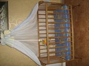 Детская кроватка с комплектом аксессуаров.