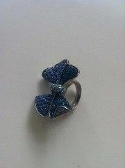 Бижутерия кольцо из сине-голубых камней в виде бантика
